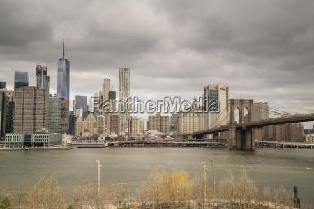 manhattan skyline and brooklyn bridge on